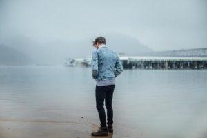 『自分をさらけ出すことが怖い心理』の原因と対処法について解説