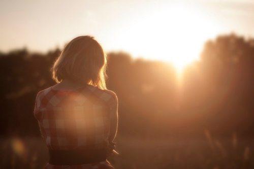 なぜ孤独感が強くなるのか?消えない孤独感の原因と対処法を解説